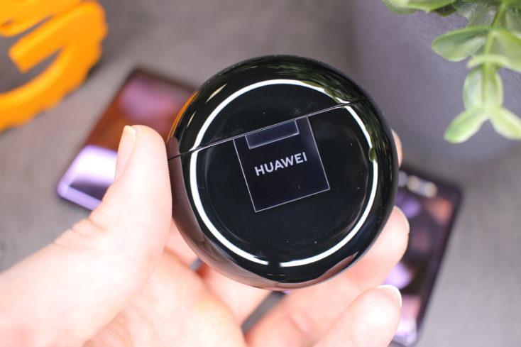 Funda de carga de los FreeBuds 3 con el nombre de Huawei serigrafiado