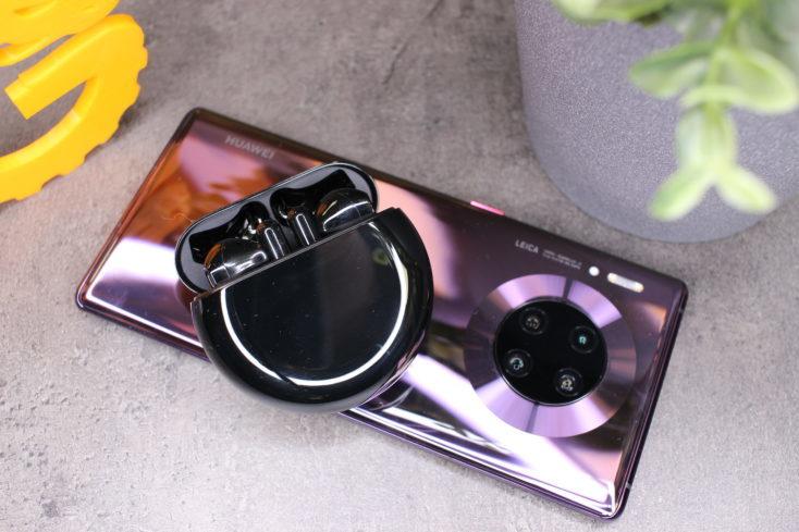 Huawei FreeBuds 3en la funda de carga encima del Huawei Mate P30 Pro