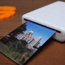 Impresora portátil imprimiendo una foto