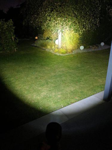 Linterna LED de NexTool iluminando con 2000 lúmenes