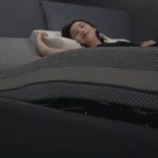 Mujer tumbada en la cama inteligente de Xiaomi