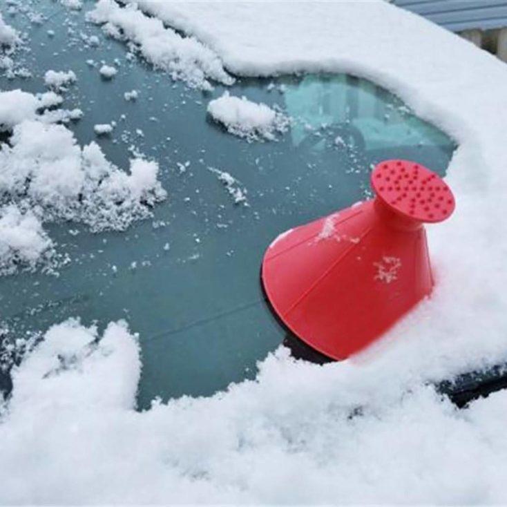 Raspador de hielo conico en un parabrisas con nieve