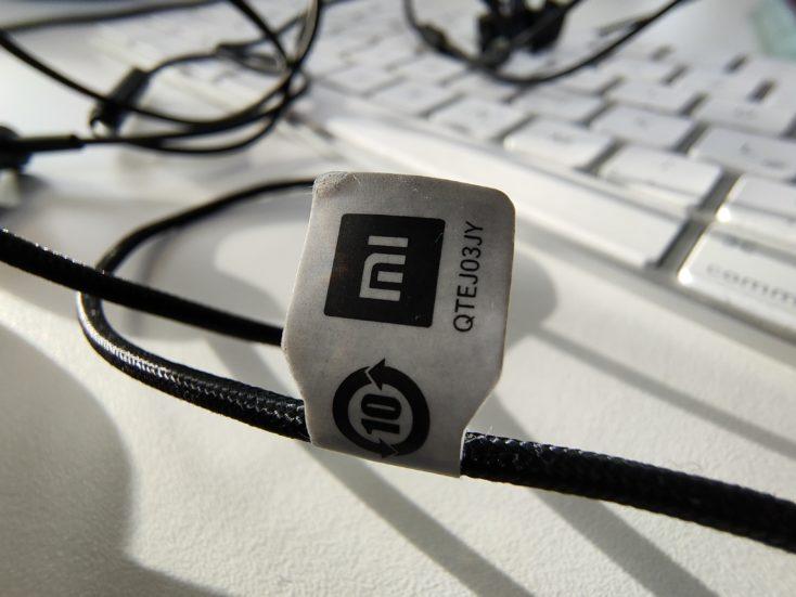 Foto de cable de uns auriculares de Xiaomi con la cámara principal