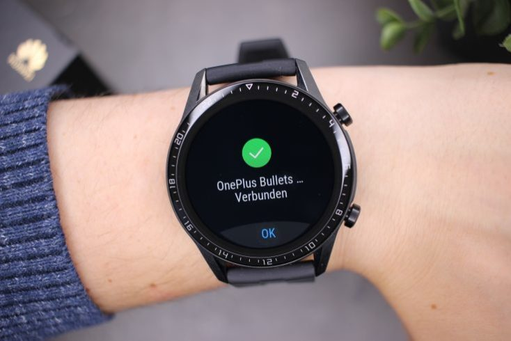 smartwatch Huawei Watch GT 2 conectado con auriculares buetooth.