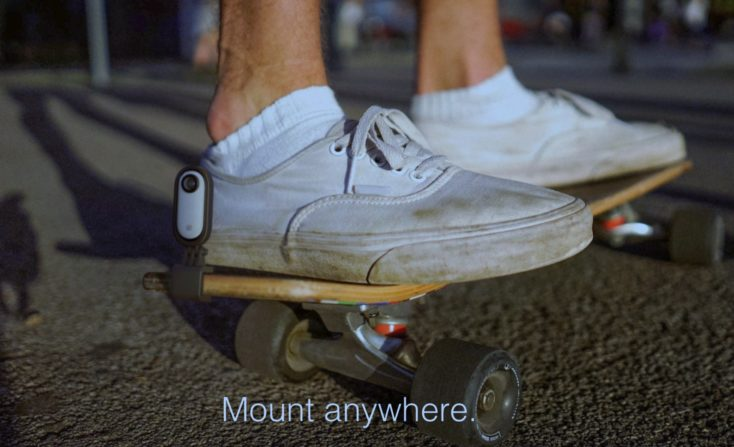 Cámara de acción Insta360 Go montada con su soporte en un skate