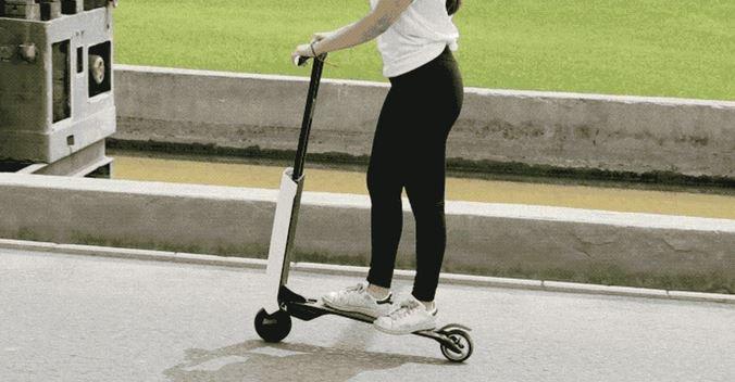 Chica montando en el patinete eléctrico Mantour X
