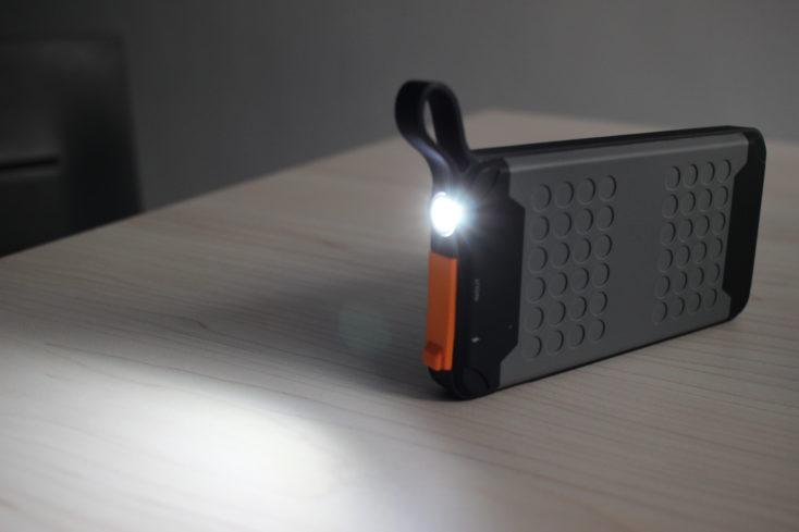 linterna de la Batería externa Novoo Explorer-Bateria externa Novoo Explorer encendida