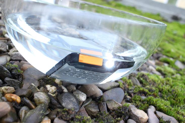 Batería externa Novoo Explorer-Bateria externa Novoo Explorer metida en un cuenco con agua