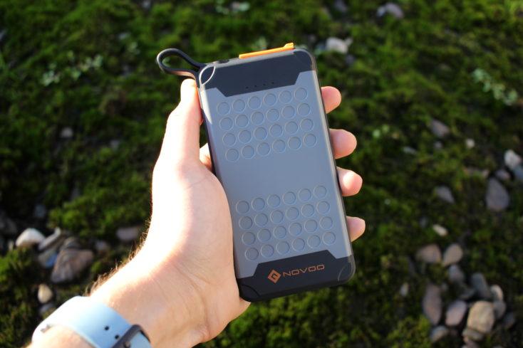 Batería externa Novoo Explorer-Bateria externa Novoo Explorer en la mano