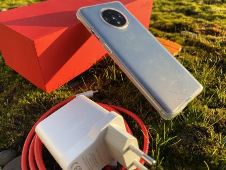 OnePlus 7T con sus accesorios