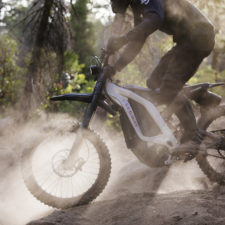 Moto eléctrica de cross Segway Dirt e-Bike en el campo