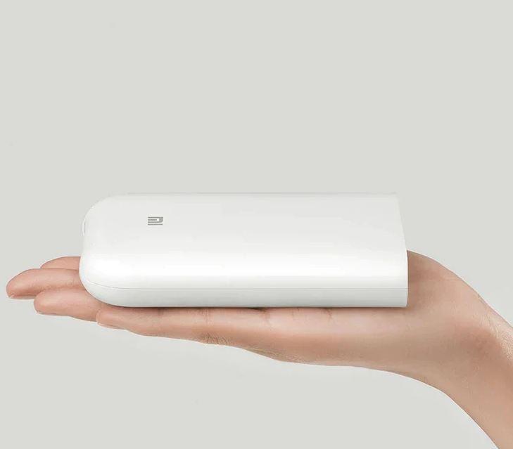 Impresora Xiaomi de fotos de bolsillo en la mano