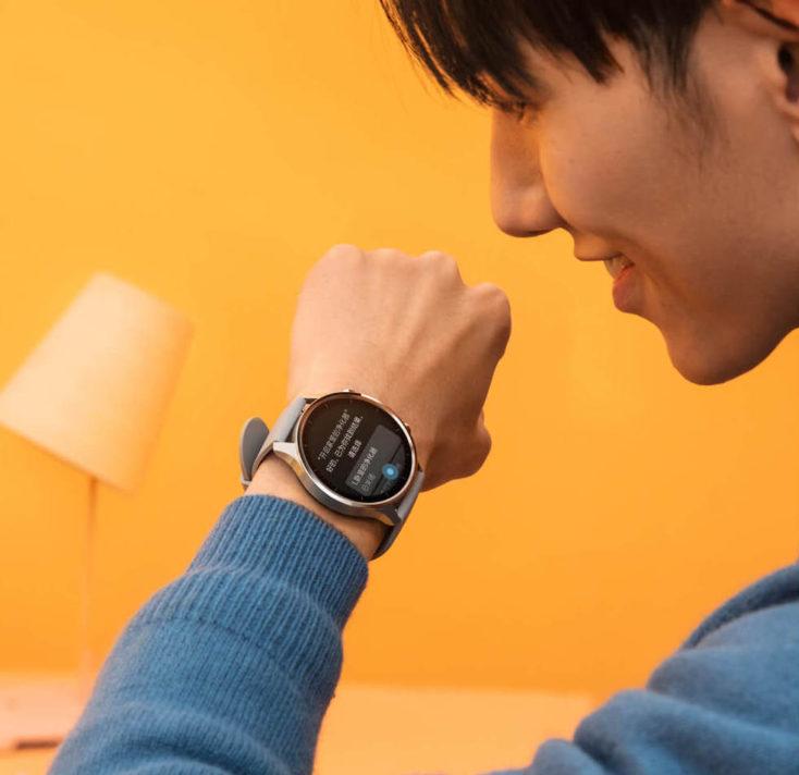 Hombre usando el asistente de voz en el Xiaomi Mi Watch Color
