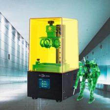 Impresora 3D SLA Anycubic Photon Zero con una impresión 3D al lado