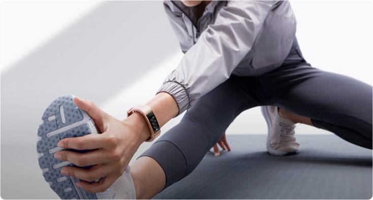Mujer estirando con la Pulsera de actividad Huawei Band 4 Pro