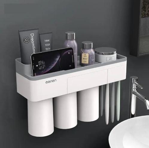 Organizador de baño con cremas, cepillos de dientes y un smartphone