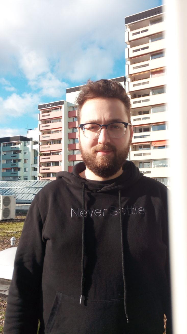 Foto de Julian en el exterior con la cámara principal del Mini smartphone Servo S10 Pro