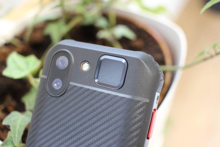Dorso del Mini smartphone Servo S10 Pro con cámara dual y sensor de huellas dactilares