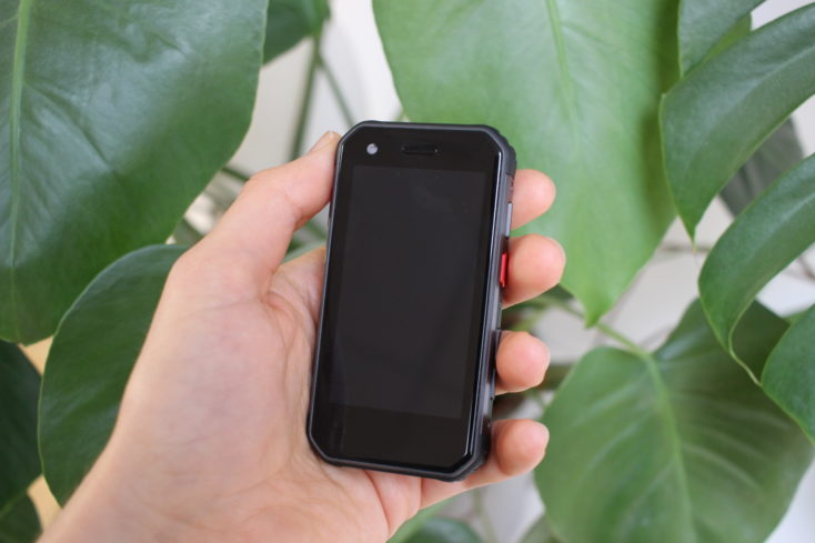 Mini smartphone Servo S10 Pro en la mano