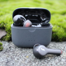 Auriculares Bluetooth Anker Soundcore Liberty Air 2 en su funda de carga