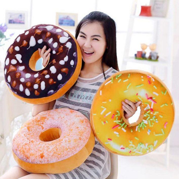 Chica con distitnos modelos del cojín donuts