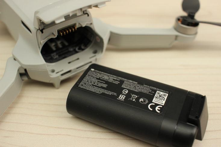 drone Mavic Mini de DJI abierto y batería sacada