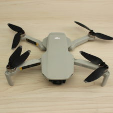 drone Mavic Mini de DJI desplegado