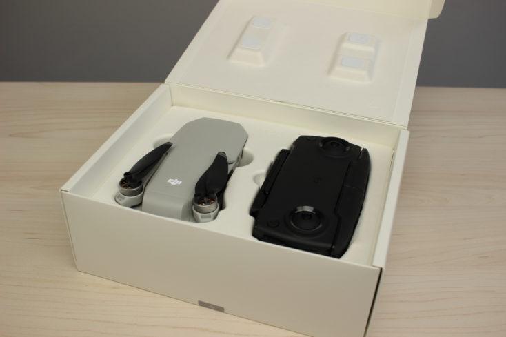 drone Mavic Mini de DJI y el mando metidos en la caja