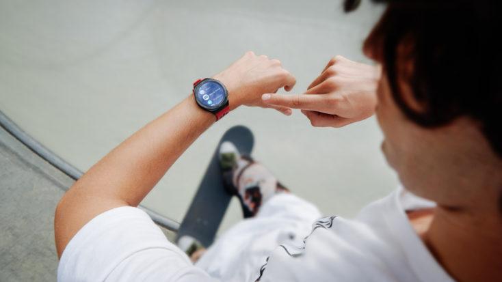 Hombre con el Smartwatch Huawei GT 2e haciendo skate