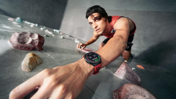 Hombre con el Smartwatch Huawei GT 2e haciendo escalada indoor