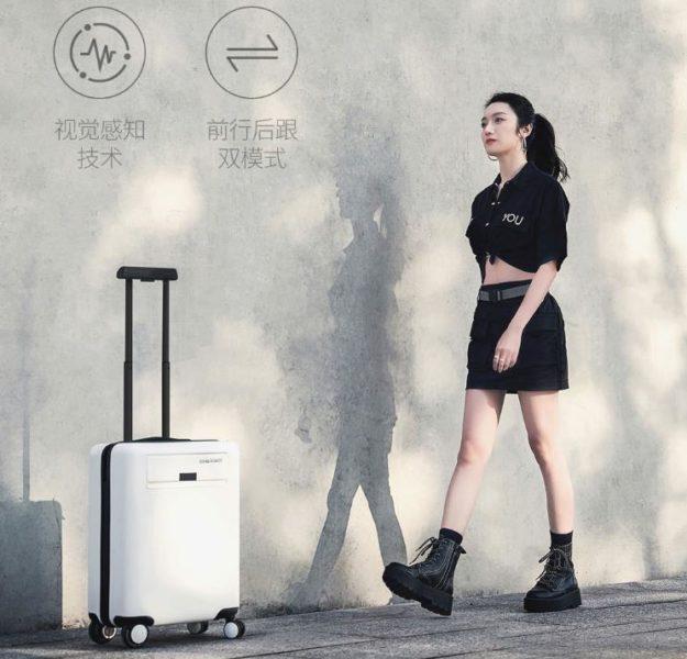 maletaMujer al lado de la maleta de mano Xiaomi COWAROBOT R1