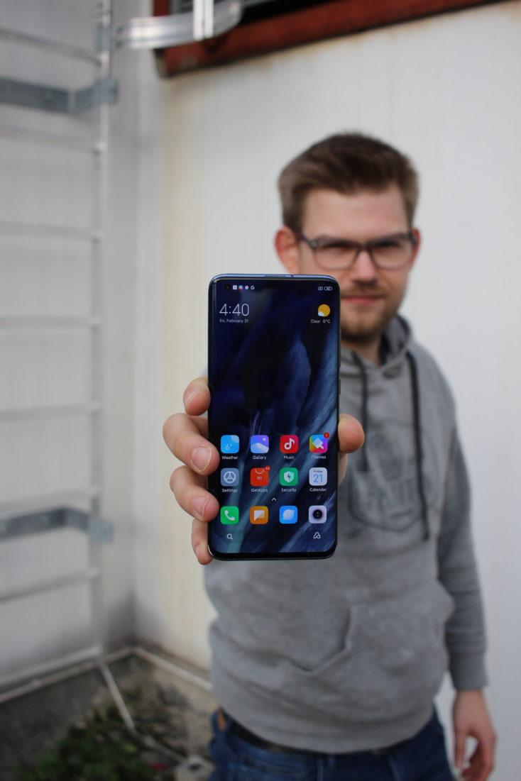 Tim sujetando el Xiaomi Mi 10
