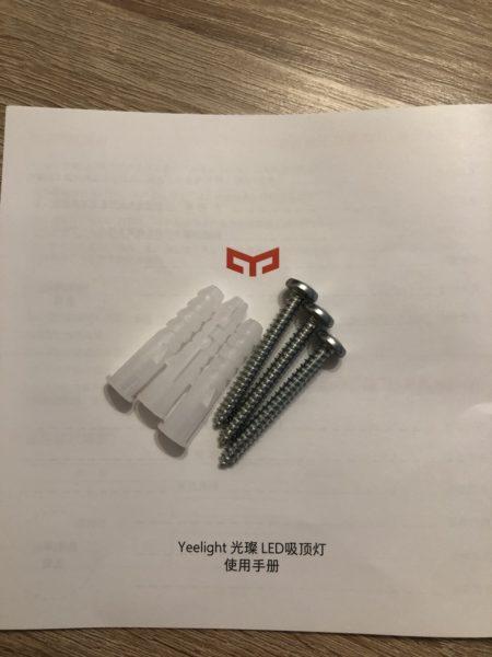 Tornillos, tacos e instrucciones de la  lámpara Yeelight YLXD50YL