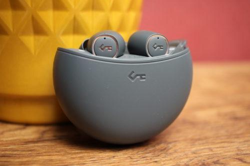 auriculares bluetooth Aukey Key Series EP-T18NC en la funda de carga