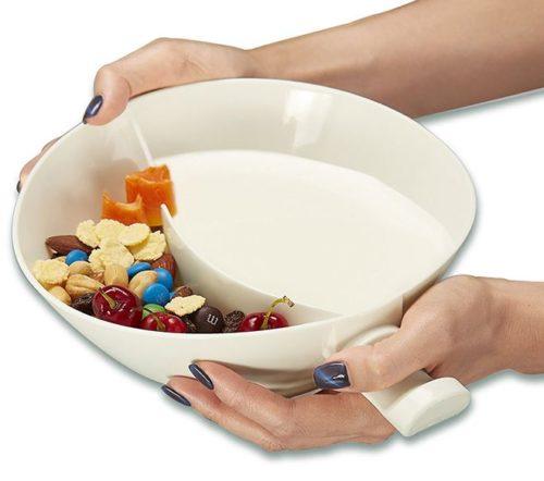 Mujer sosteniendo el Cuenco para cereales de dos compartimentos preparado