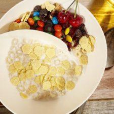 Cuenco para cereales de dos compartimentos preparado en la mesa
