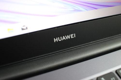 Marco debajo de la pantalla del Huawei MateBook D14 AMD 2020