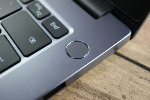 Sensor de huellas dactilares en el botón de encendido y apagado del Huawei MateBook D14 AMD 2020