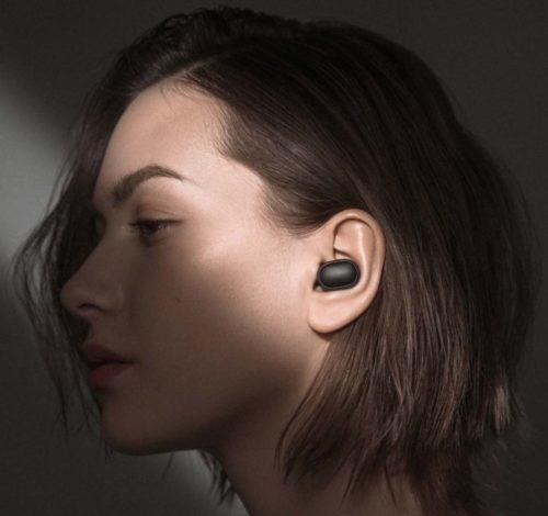Mujer con un auricular Redmi AirDots en la oreja