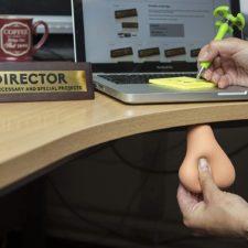 Testiculos antiestres debajo del escritorio