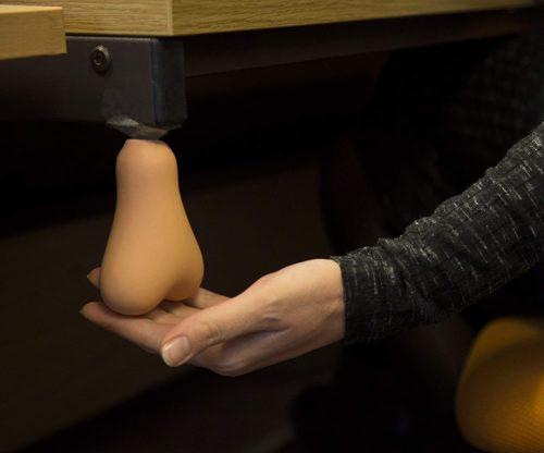 Tocando los testiculos antiestres debajo del escritorio