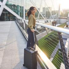 mujer con maleta de mano negra de Xiaomi