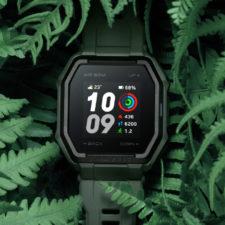 Smartwatch Huami Amazfit Ares en un fondo de la selva