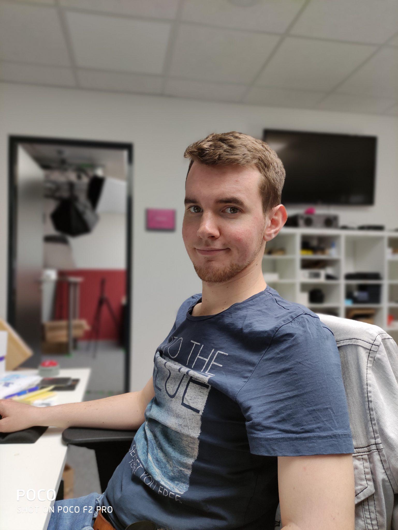 Foto de prueba de una persona con el modo retrato de la cámara principal Pocophone F2 Pro