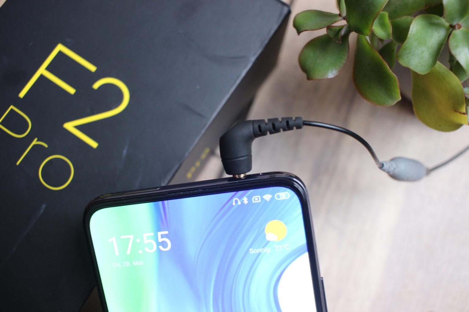 Pocophone F2 Pro con los auriculares de cable conectados