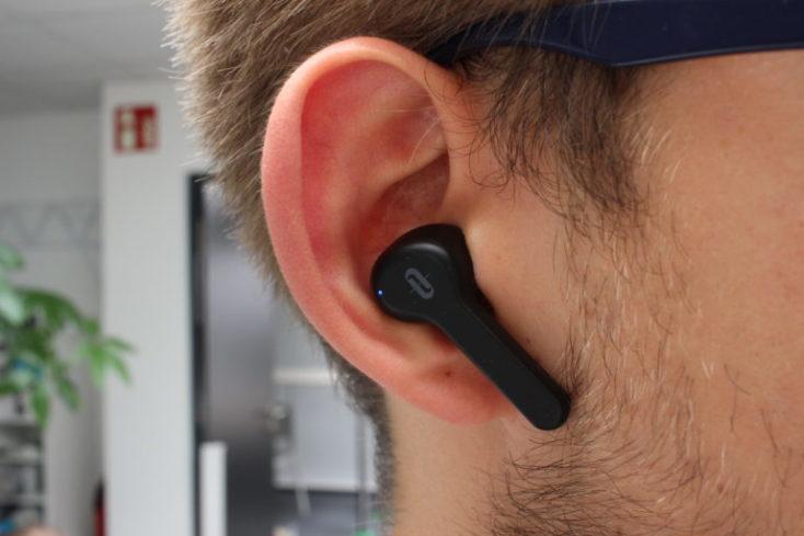 Auricular TaoTronics TT-BH053 en la oreja