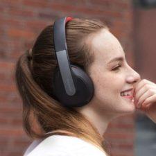 Mujer con los Imagen publicitaria de la carga y la autonomía de los Auriculares Bluetooth Anker Soundcore Q10