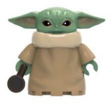 Figura de juguete de Baby Yoda con taza de cafe