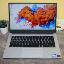 Honor MagicBook 14 con la pantalla encencida
