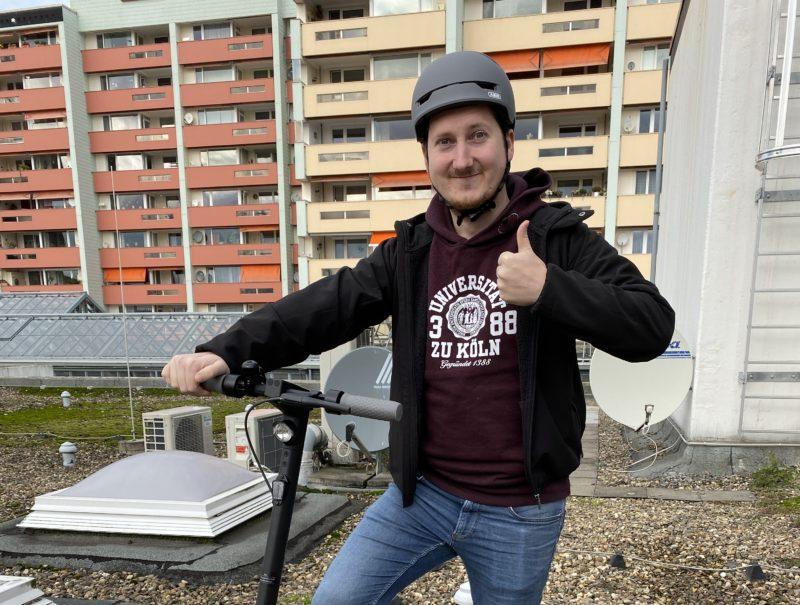 Jens con casco sujetando el patinete eléctrico Ninebot Kickscoter MAX G30